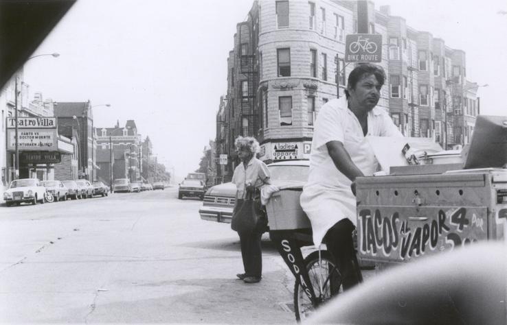 Un hombre en un triciclo vendiendo tacos. Circa 1975. Crédito de foto: Nancy De Los Santos