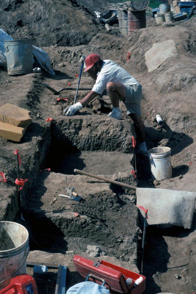 Paleontólogo del Museo de Historia Natural de San Diego Steve Walsh trabajando en la excavación de fósiles en la cantera en el sitio Cerutti. Museo de Historia Natural de San Diego, marzo 1993
