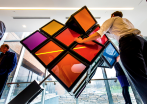 Instalan cubo de Rubik gigante en la Universidad de Michigan