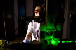 Yu-Chih Chen, un investigador en ingeniería eléctrica e informática, ayudó a desarrollar un chip que puede liberar suavemente las células individuales, dirigidas con pulsos de láser extremadamente cortos. Crédito: Evan Dougherty, Michigan Engineering.