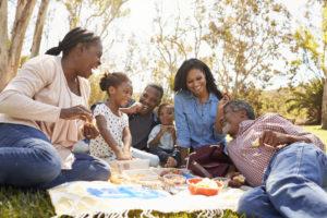 Una familia multi generacional disfruta de un picnic