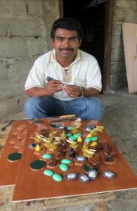 Tallador y pequeño agricultor Pablo Gómez Sánchez creó una versión de lujo del Ajedrez Azteca con modelos de madera. Foto cortesía de Luis García Barrios.