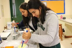 Estudiantes del colegio Villa Caritas en Lima, Perú, clonan proteínas y amplifican DNA usando una máquina PCR y extracción por electroforesis en gel.