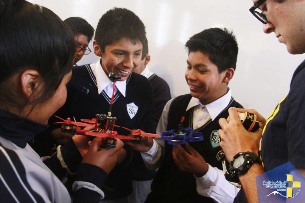 David Dominguez, presidente del club de drones UAVs y un estudiante en UC Berkeley trabaja con estudiantes de la secundaria San Juan Apostol en Arequipa, Perú, enseñandoles acerca de la mecánica detrás del vuelo de drones.