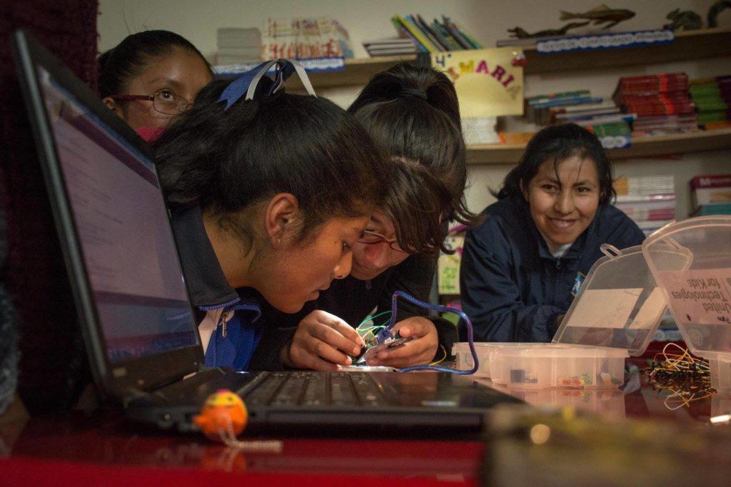 Estudinates de la secundaria de San Francisco de Asis school in Puno, Perú, ensamblan un circuito para mover motores.