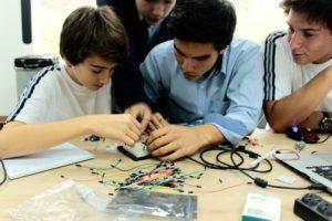 Estudiantes de la secundaria San Pedro, en Lima, Perú, trabajan con el procesador Arduino para crear un alcoholímetro.