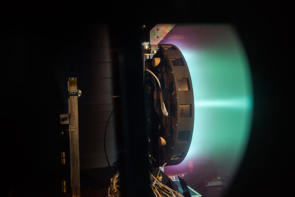 Vista de perfil del X3 trabajando a 50 kW. Crédito de foto: NASA