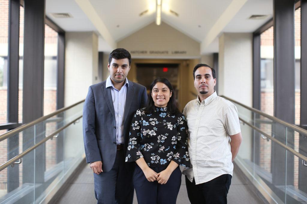 Jesus Espinoza, (izq.) Sheila Garcia, y Edras Rodriquez-Torres son los miembros de la primera cohorte de un programa de residentes bibliotecarios centrado en la diversidad en la Universidad de Michigan.