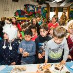 Estudiantes de En Nuestra Lengua pasan por las diferentes mesas en Bach Elementary durante la recaudación anual de fondos para el programa, que incluye la venta de comidas típicas de países de habla hispana.