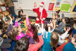 Papá Noel visita a los estudiantes de segundo grado en el último día del semestre en la escuela de español En Nuestra Lengua.