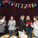 Padres y miembros de la comunidad participan en la recaudación anual de fondos para el programa En Nuestra Lengua, que incluye la venta de comidas típicas de países de habla hispana preparada por los mismos padres. Peter Matthews, Michigan Photography.