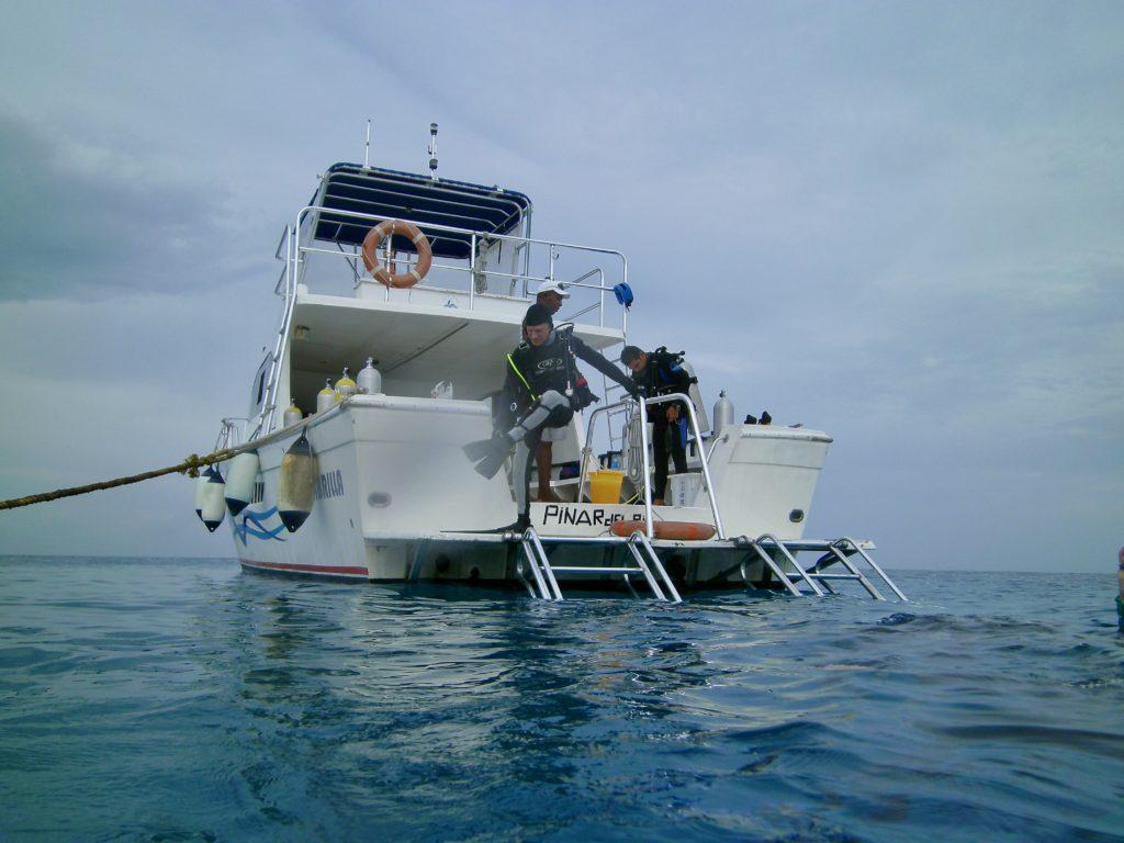 El profesor David Sherman del el Instituto de Ciencias de la Vida de U-M, se prepara para bucear en el arrecife en la costa de Cuba este verano.