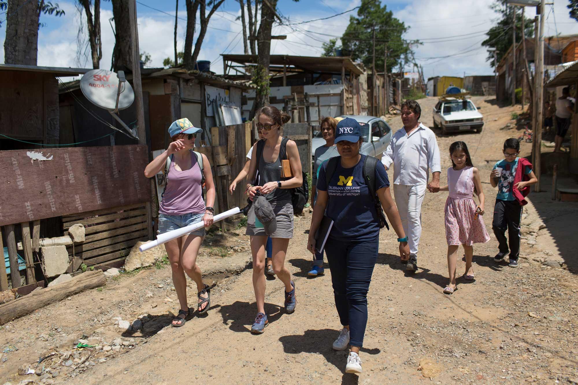 Estudiantes de Universidad de Michigan rabajan con miembros de la comunidad de Ocupacão Anchieta, en Sao Paulo, Brasil. Crédito de foto: Bruno Kelly.