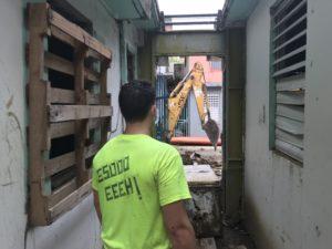 Después de que el huracán María arrojara más de seis pulgadas de lluvia en Toa Baja, vecinos tuvieron que botar refrigeradores, colchones y muebles arruinados por el huracán, pero no pudieron llevarlos a los sitios designados por el gobierno. Matos-Moreno y su equipo arrendaron una excavadora y camión para ayudar a limpiar las calles. Foto cortesía de Matos-Moreno.
