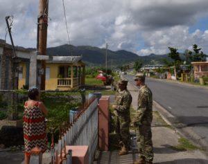 El comandante del grupo de trabajo de restauración de energía de USACE, coronel John P. Lloyd, y el capitán Aaron Anderson, oficial de operaciones, conversan con un residente en Maunabo, Puerto Rico, el 3 de enero ( Foto por Gerald Rogers, del Ejército de Estados Unidos).