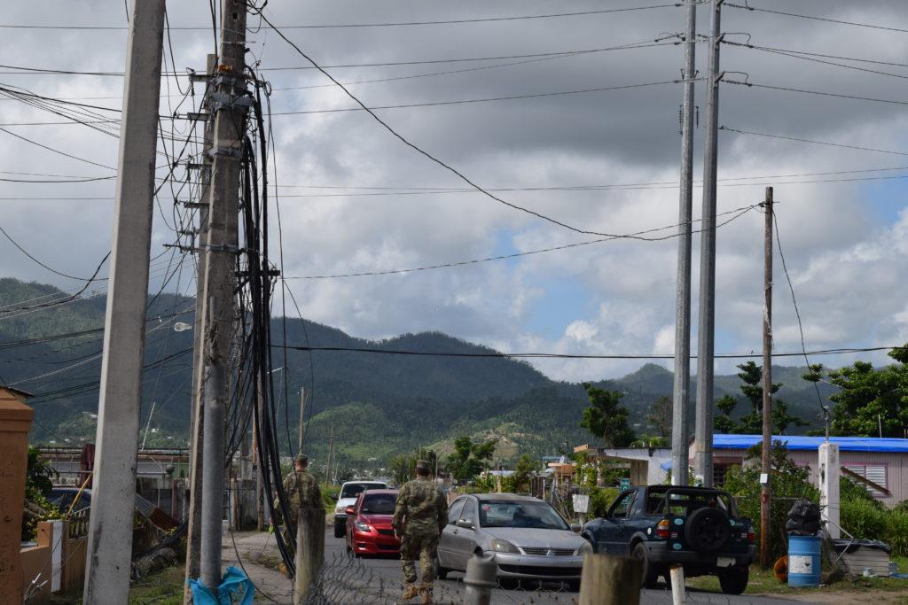 Grandes transformadores, junto con generadores de 1.850 kilovatios, forman el sistema de microrredes que proporcionan energía temporal a Maunabo, Puerto Rico. (Foto por Gerald Rogers, del Ejército de Estados Unidos)