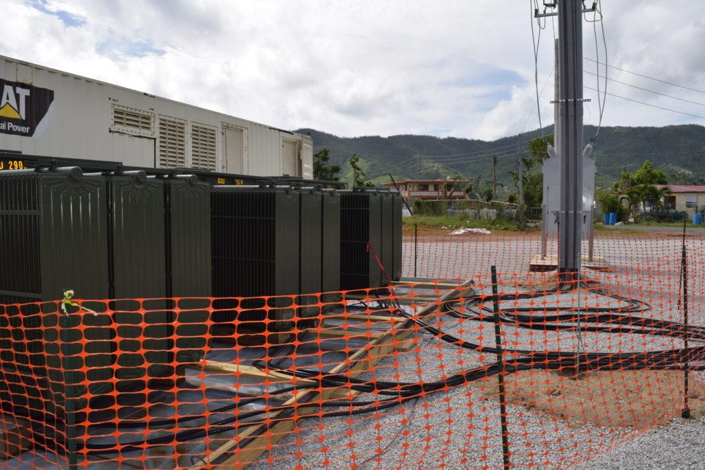 El comandante del grupo de trabajo de restauración de energía de USACE, coronel John P. Lloyd (en primer plano) y el capitán Aaron Anderson evalúan los daños causados por el huracán María, caminando por un barrio en Maunabo, Puerto Rico, el 3 de enero. (Foto por Gerald Rogers, del Ejército de Estados Unidos)