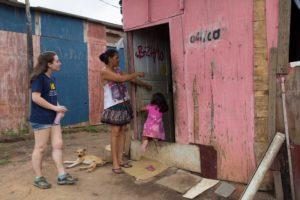 Estudiantes de Universidad de Michigan trabajando en la Ocupacão Anchieta, en Sao Paulo, Brasil. Crédito de foto: Bruno Kelly y equipo Ocupação Anchieta Avança