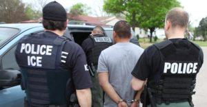 Agentes de la Agencia de Inmigración y Control de Aduanas (ICE) de EE. UU. arrestaron a 74 personas durante una operación de dos estados en diciembre del 2016. Foto cortesía de ICE.