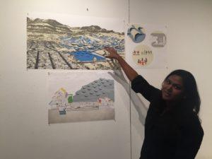 La estudiante de posgrado Sneha Reddy muestra su propuesta para ayudar a las colonias usar materiales asequibles en la zona para ralentizar el flujo del agua y así poder recogerla y utilizarla en la comunidad.