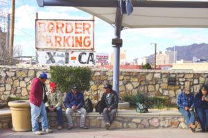 En el área de El Paso-Juárez, las vidas de las personas trascienden las fronteras nacionales. Esta imagen muestra a los trabajadores que esperan cruzar la frontera hacia México después de completar sus días de trabajo en el lado estadounidense de la frontera. Foto de Shane Donnelly, Taubman College of Architecture and Urban Planning.