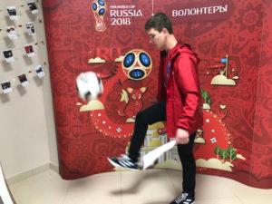 Estudiantes de U. de Michigan debutan como pasantes en la Copa Mundial. En la foto, Marcus Cook practica con el balón en Rusia.