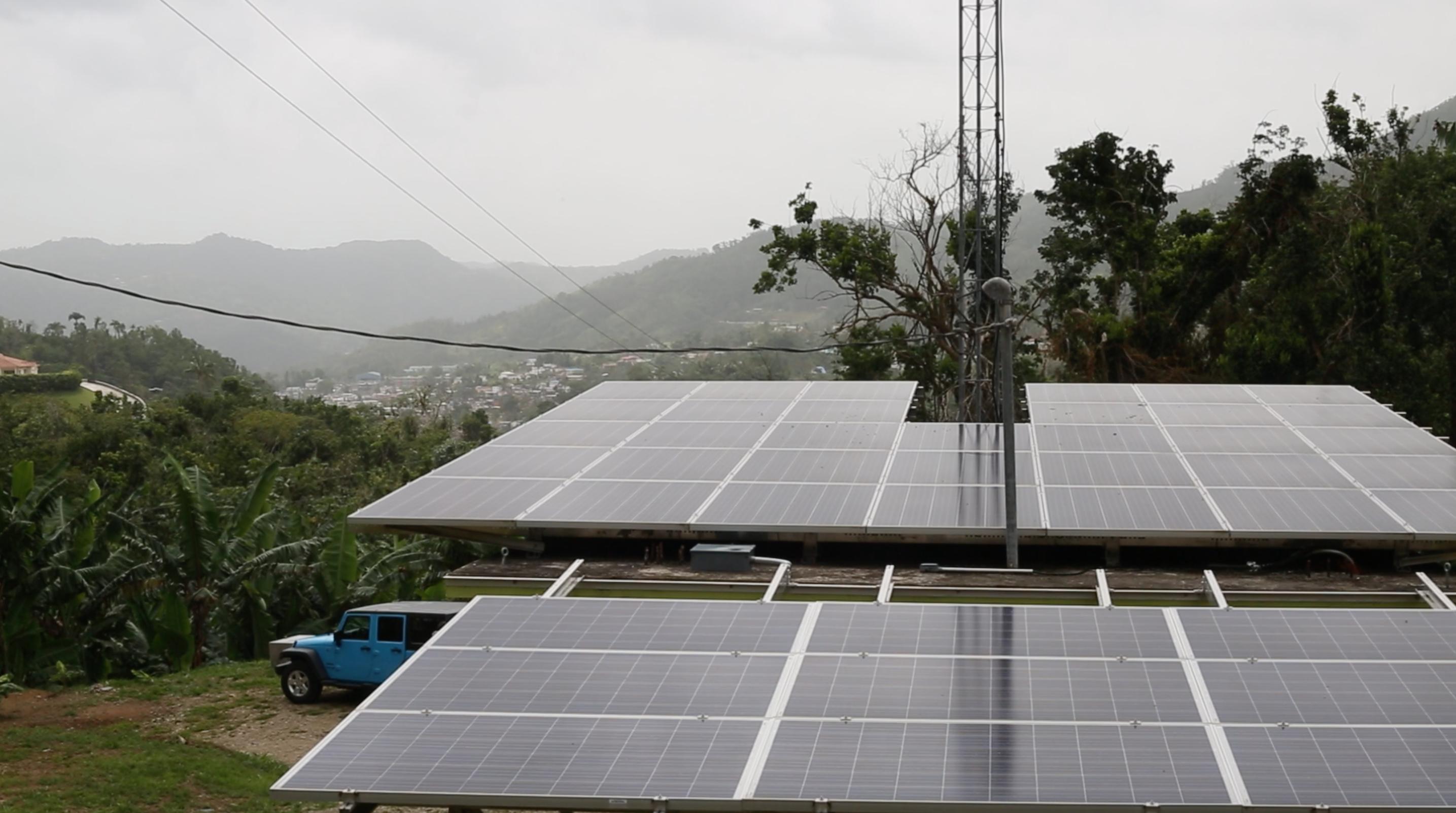 Los investigadores planean usar estos paneles existentes de Casa Pueblo, como estos instalados en la radio de la organización, para crear mini redes con la energía proveniente de gasificadores.