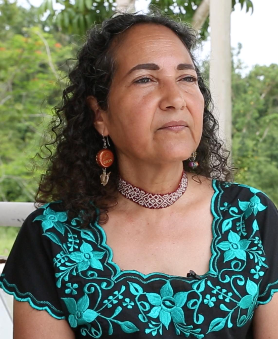 Ivette Perfecto, profesora de la Escuela de Medio Ambiente y Sostenibilidad de U-M, analiza el daño sufrido por una plantación de café en Utuado, Puerto Rico.