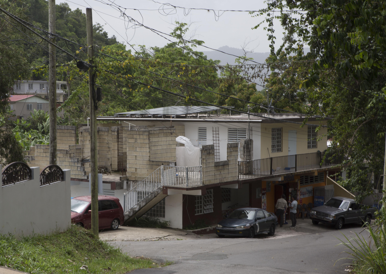 Rogelio Pérez, que es de San Sebastián, un pueblo en las cercanías, está realmente interesado cuando escucha del proyecto. Su casa fue arrasada por el huracán María junto con la de su madre, tres hermanos, una sobrina y varios vecinos.