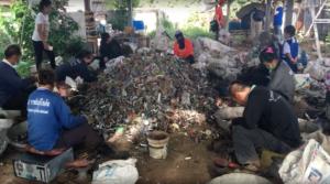 Algunos trabajadores se enfocan en reciclar ventiladores en Tailandia. Crédito de imagen: Exposure Research Lab