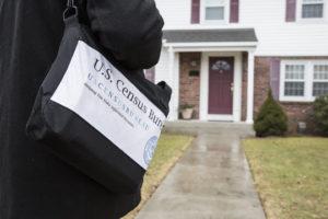 Fotografía simulada de un trabajador del Censo acercándose a una casa en Providence, R.I., febrero del 2018. La información del Censo está protegida de divulgación por ley. Crédito de foto: U.S. Census.
