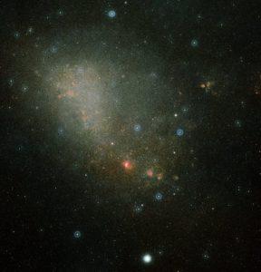 Pie de foto: La imagen de dos colores muestra una descripción general de la Pequeña Nube de Magallanes y fue compuesta a partir de dos imágenes de Digitized Sky Survey 2. Crédito: ESA / Hubble y Digitized Sky Survey 2. Davide De Martin (ESA / Hubble) https://www.spacetelescope.org/images/heic0514c/