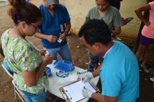 El personal del estudio recolecta muestras en un vecindario en Managua en junio de 2017 de participantes en el Estudio de Cohorte de Dengue Pediátrico de Nicaragua (PDCS), una cohorte pediátrica de dengue establecida en 2004. Crédito de imagen: Instituto de Ciencias Sostenibles, Paolo Harris Paz.
