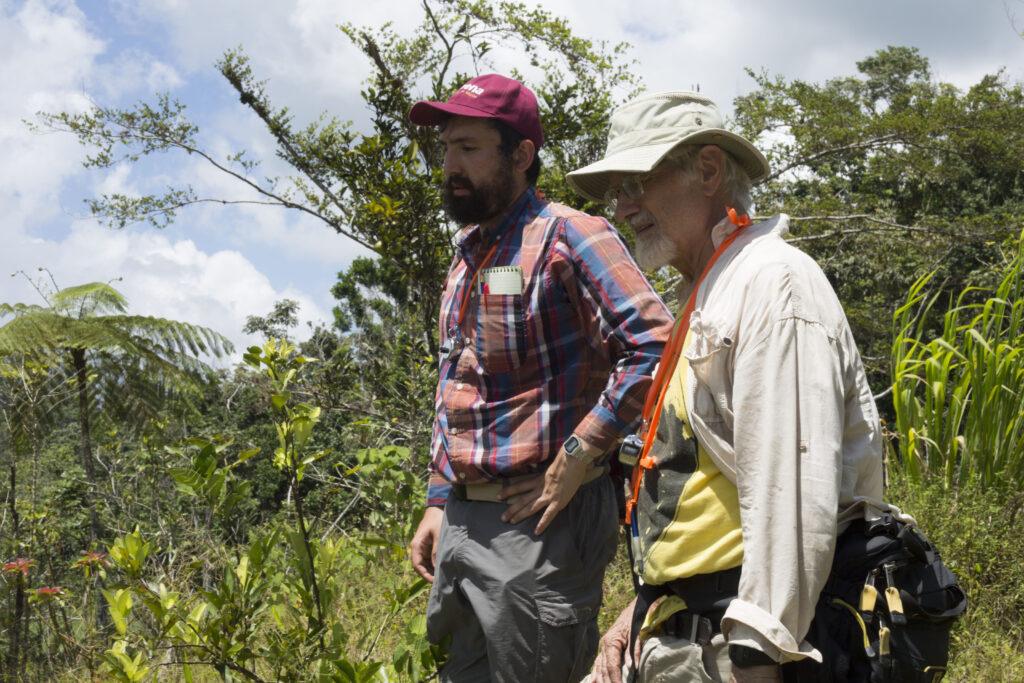 En esta foto de julio de 2018, el estudiante de doctorado de la U-M Zachary Hajian-Forooshani y el ecologista de la U-M John Vandermeer examinan una finca cafetalera puertorriqueña.