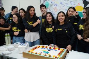 Miembros de la mesa directiva de La Casa Stephanie Estrada y Ximena Mancilla, rodeadas de otros miembros de la organzación durante la celebración del tercer aniversario del grupo estudiantil.