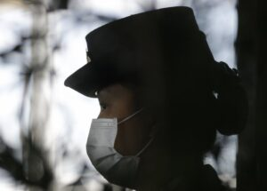 A security guard wears a mask as she keeps watch at arriving passengers at Manila's international airport in the Philippines on Jan. 23, 2020, as part of efforts to contain the coronavirus. AP Photo/Aaron Favila 211/5000 Un guardia de seguridad usa una máscara mientras vigila a los pasajeros que llegan al aeropuerto internacional de Manila en Filipinas el 23 de enero de 2020, como parte de los esfuerzos para contener el coronavirus. Foto AP / Aaron Favila