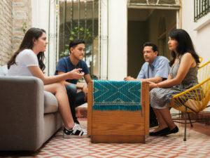 Las conversaciones en el hogar ayudarían a desarrollar interés cívico en jóvenes latinos