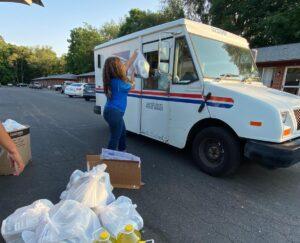 María Militzer, una investigadora posdoctoral en la Escuela de Salud Pública de la Universidad de Michigan, ayuda a distribuir equipo de protección personal y suministros de limpieza para ayudar a los miembros de la comunidad a enfrentar la pandemia en la primavera del 2020. Foto cortesía: Mexiquenses en Michigan.