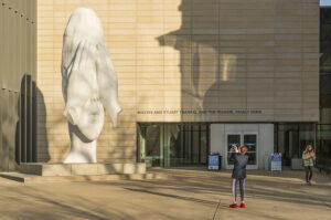 Escultura monumental al aire libre cambia la cara del Museo de Arte de la U-M