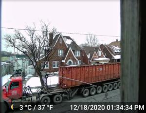 Un camión pasa por un barrio del suroeste de Detroit. Los vecinos dicen que el ruido constante dificulta dormir o disfrutar de las actividades al aire libre. Crédito de foto: Stuart Batterman, Escuela de Salud Pública.