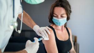 Una mujer recibe la vacuna COVID-19