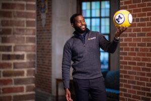 Marcus McKay Jr. se graduó en abril con un máster en Epidemiología en la Escuela de Salud Pública de la Universidad de Michigan, con una pelota de fútbol.