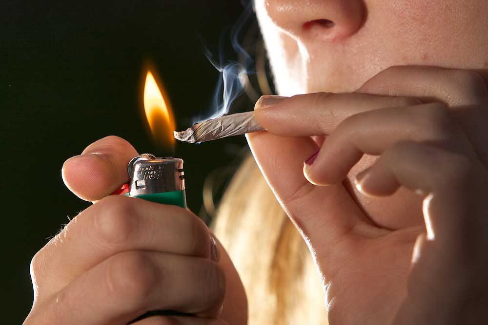 Persona fumando. Crédito de imagen Chuck Grimmett, usuario de Flickr.com