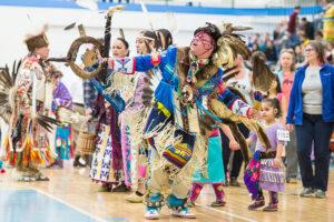 """Hay un esfuerzo en loso Estados Unidos para cambiar el nombre del """"Día de la Raza"""" a """"Día de los Pueblos Indígenas"""", que celebra las contribuciones de los pueblos originarios a este país. Eventos como el baile anual para la Madre Tierra Powwow, que se lleva a cabo en Ann Arbor, Michigan ., renueva y fortalece la cultura indígena americana. (Foto de Austin Thomason, Michigan Photography)"""