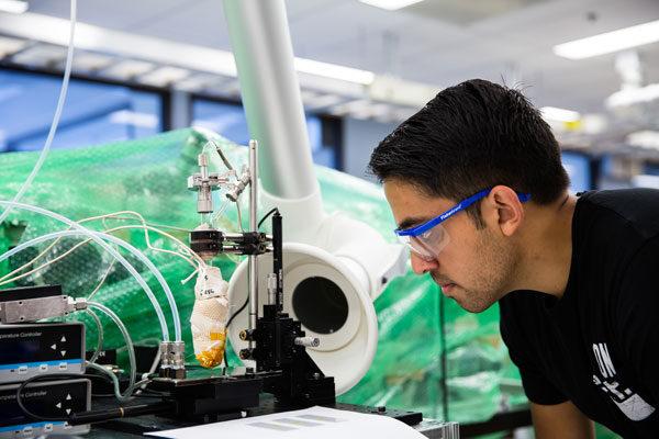 Siddharth Suresh Borsadia, ayudante de investigación para estudiantes de postgrado, imprime cristales de fluoresceína en una placa de vidrio enfriada usando impresión por chorro de vapor orgánico. Por Levi Hutmacher, Michigan Engineering.
